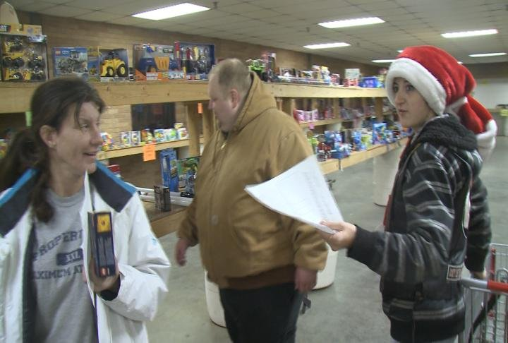 Toys For Tots Pickup : Families pick up toys for tots gifts wqow tv eau claire