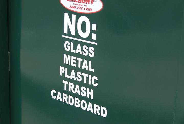 Items that can not be thrown in include glass, metal, plastic, cardboard and trash