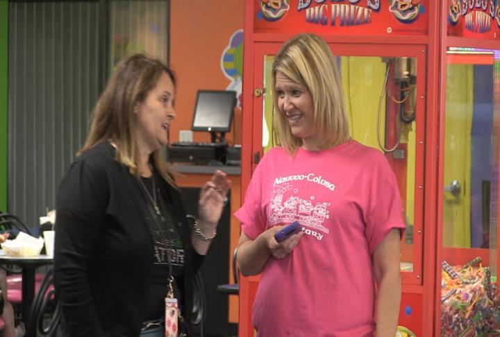 Teacher Mrs. Eversden-Duesterhaus speaks to a women from Nauvoo