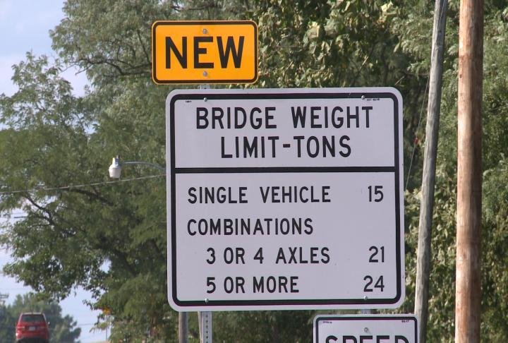 Sign shows weight limit for Cedar Creek Bridge.