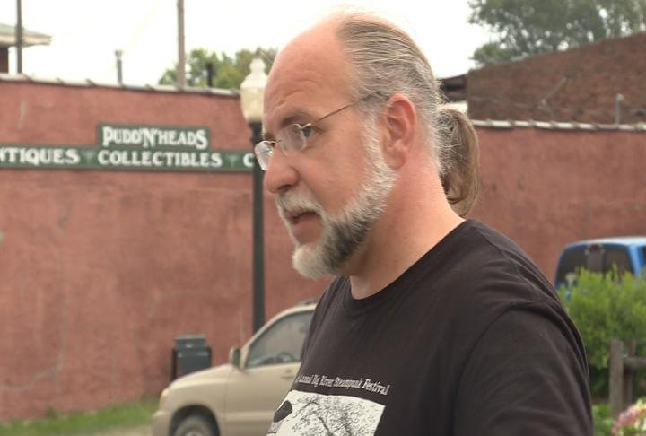 Hannibal History Museum co-founder Kenneth Marks talks to tourist.