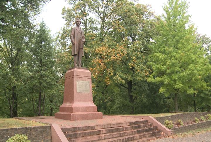Mark Twain statue at Hannibal's Riverview Park.