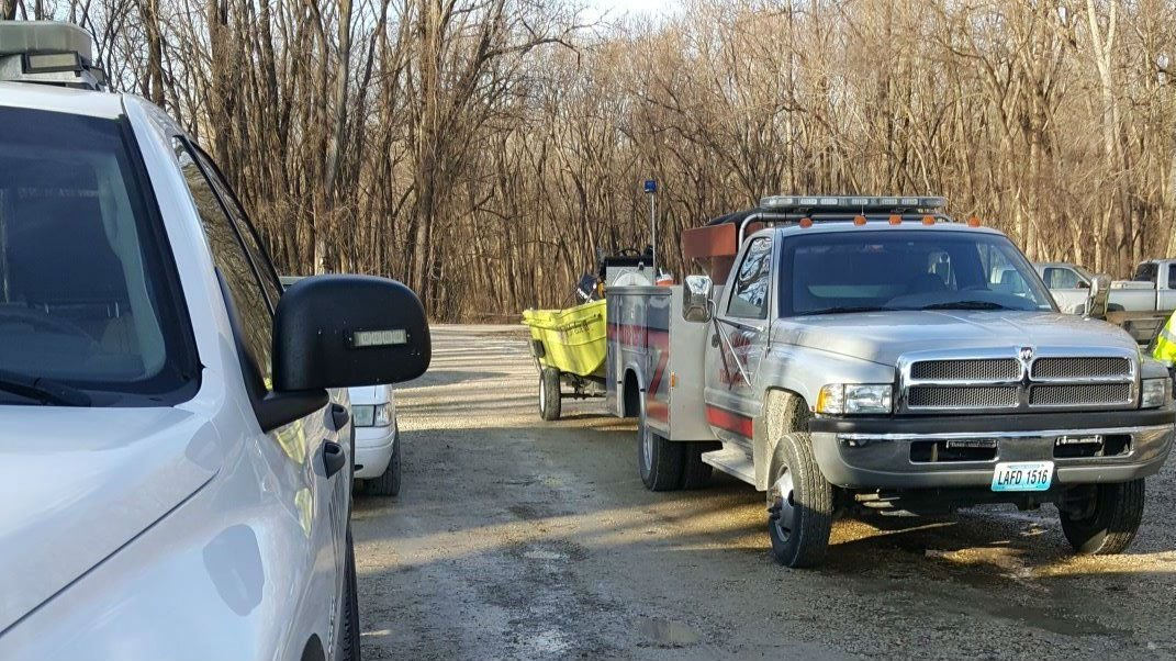 Crews gather to resume missing boater search