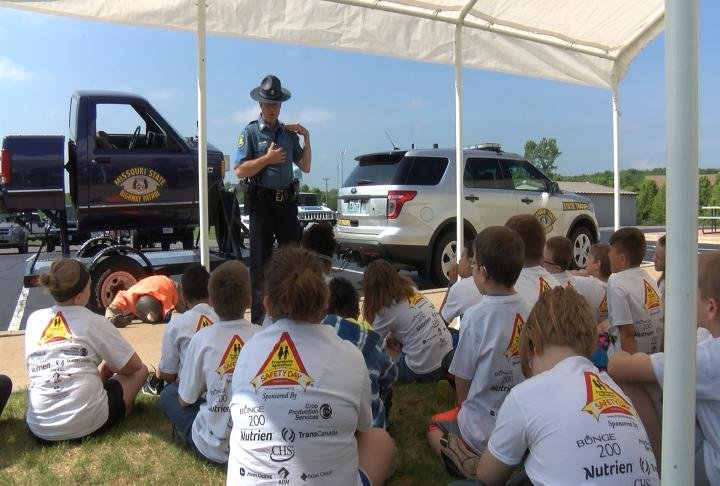 Students learning from the Missouri State Highway Patrol