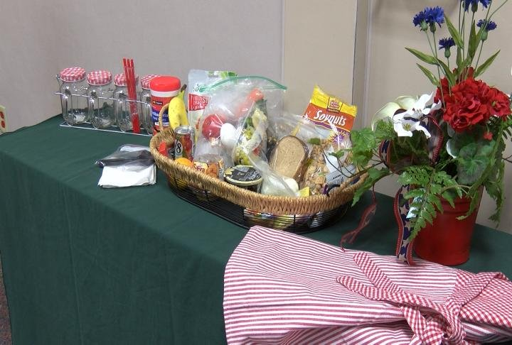 Food safety tips for packing a lunch for a picnic or outdoor activities.