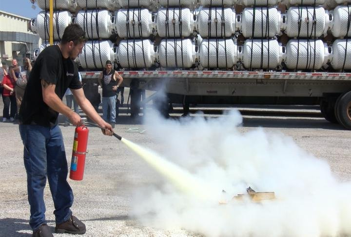 An employee learns to extinguish a fire.