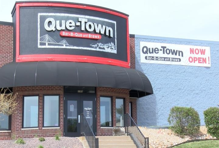 Que Town Bar-B-Que and Brews is now open where Krieger's Sports Bar used to be.